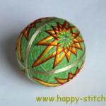 <!--:en-->Green-orange kiku temari<!--:--><!--:ru-->Зеленый тэмари с удлиненными хризантемами<!--:-->